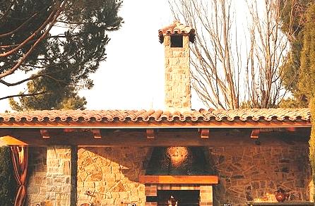Ejemplo de chimenea en barbacoa de obra rústica