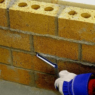 Rellenando separación de ladrillos con mortero